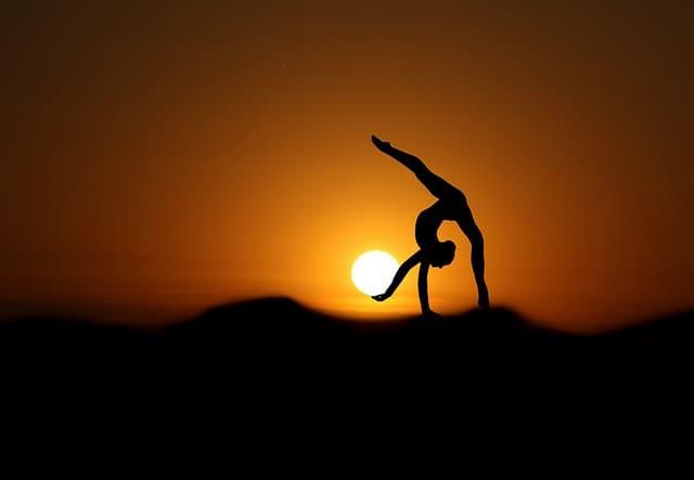 夕日を手にする体操選手のイメージ画像