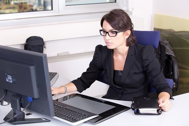 仕事のできる女性のイメージ画像