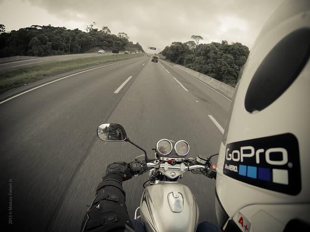 バイクで GoPro を使った撮影をしている画像
