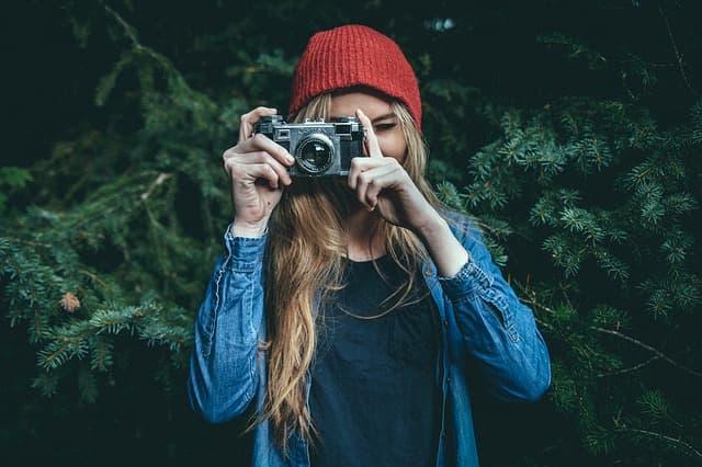 カメラを構える女性のイメージ画像