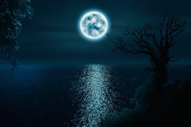 湖の上に浮かぶ月のイメージ画像