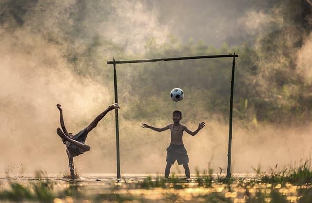 サッカーを楽しむ少年たちの画像