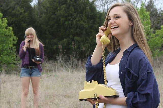 電話で会話を楽しむ女性の画像。