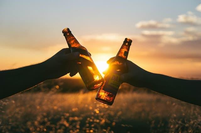 ビールで乾杯のイメージ画像