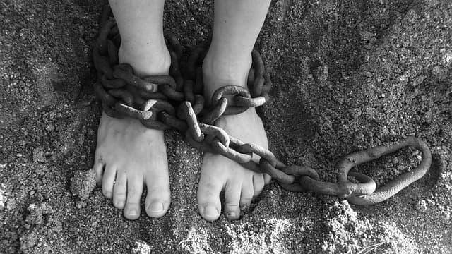 鎖に繋がれている人のイメージ画像