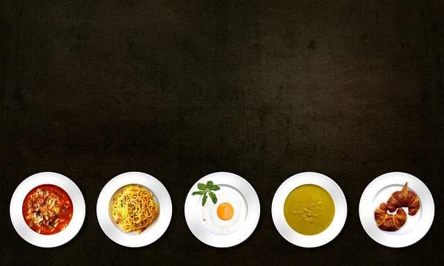 レストランでの食事をイメージした画像
