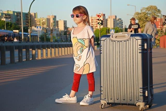 少女とスーツケースの画像