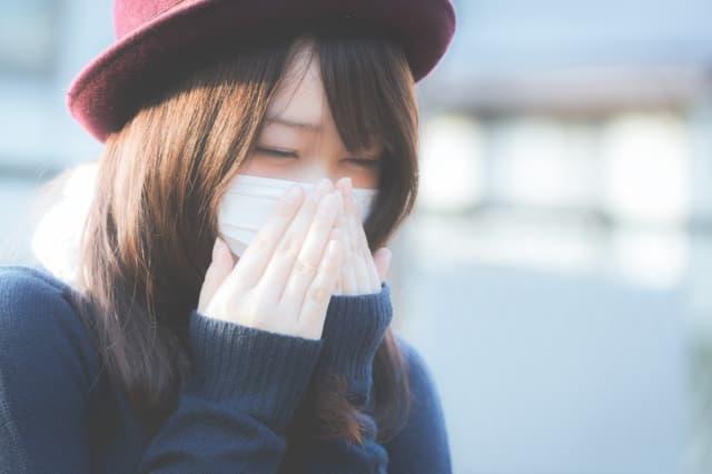 マスクをする女性のイメージ画像