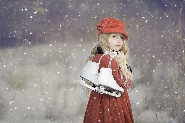 スケート靴を持った少女のイメージ画像