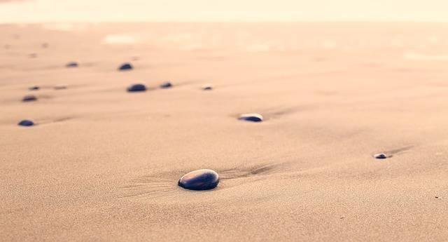 砂浜の丸い石